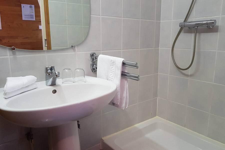 salle d'eau douche lavabo chbre Paul Rebeyrolle Le Ranch des Lacs