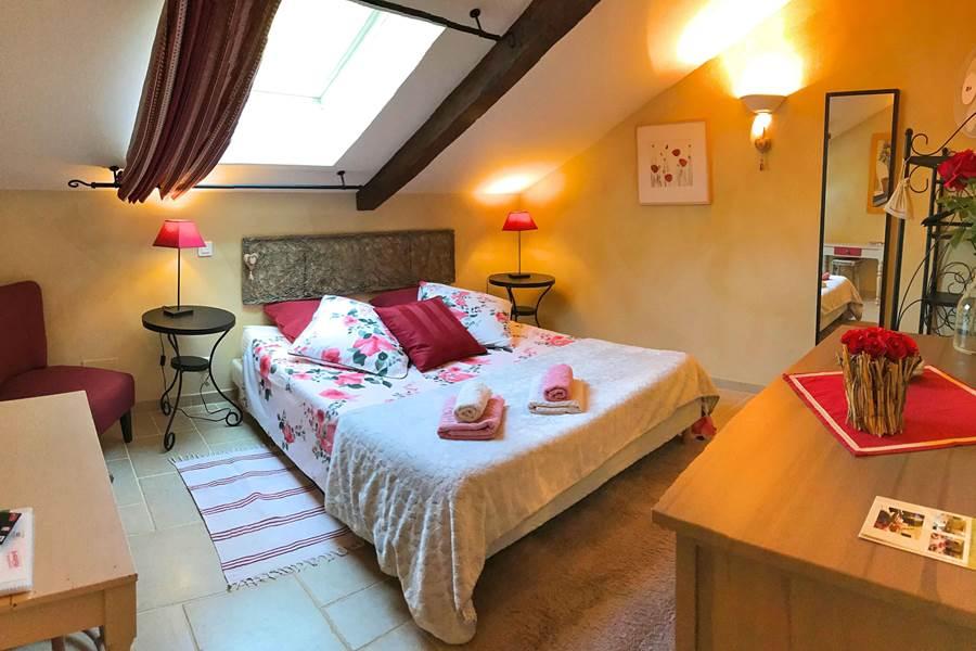 Chambre avec grand lit de
