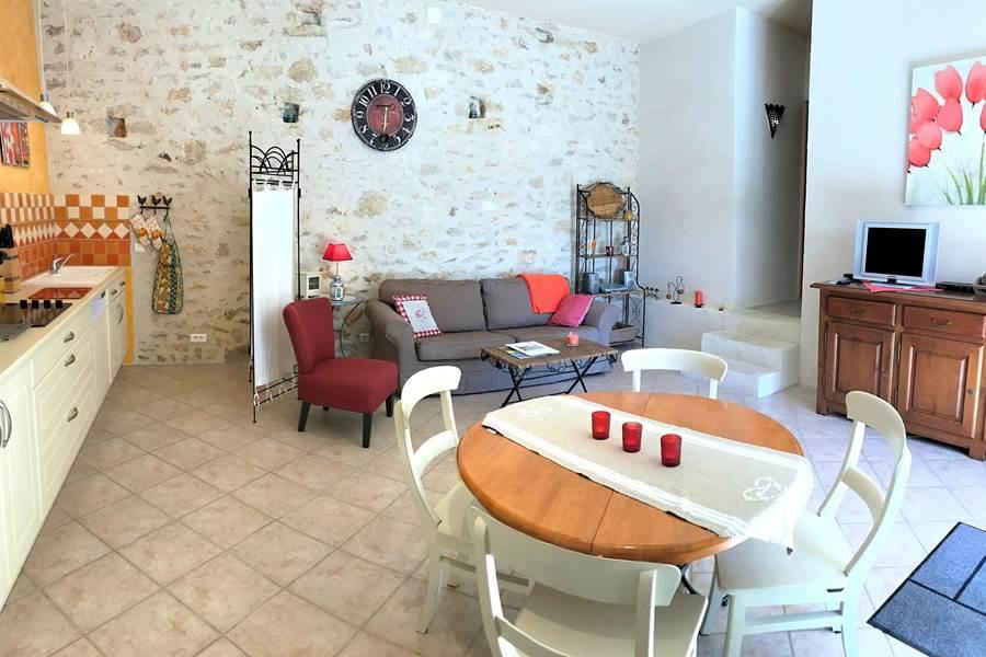 Le séjour du Cantalou avec cuisine, salon et coin à manger