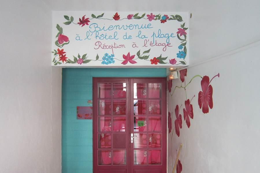porte de la chambre dans le hall d'entrée