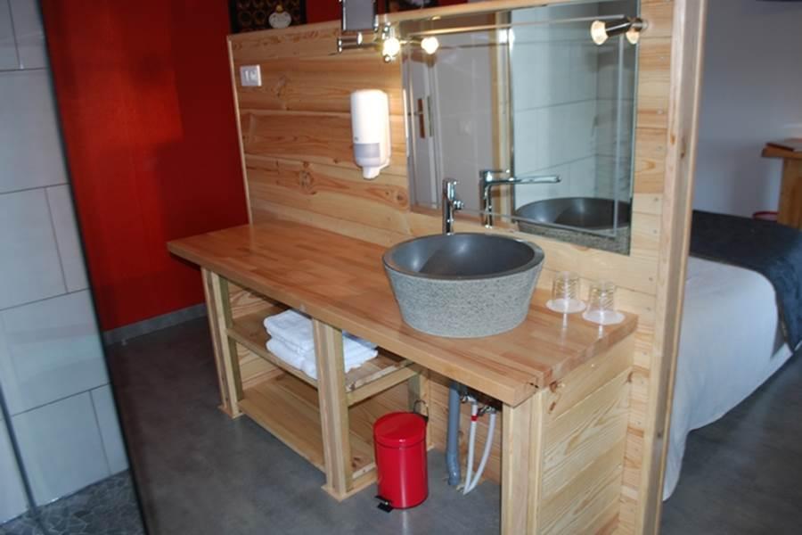 Vasque et miroir , l'envers de la tête de lit La Pousse d'Or hotel de Charme