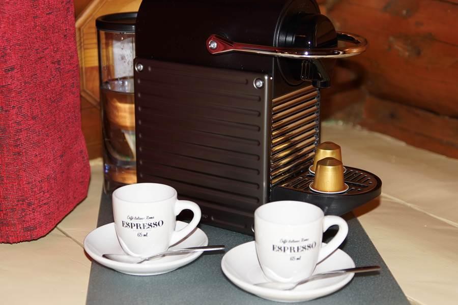 Une pause café dans le Chalet L'Ébéniste pour 2 personnes, au Domaine le Bostonnais, hébergement ville de la Tuque en Mauricie, Canada