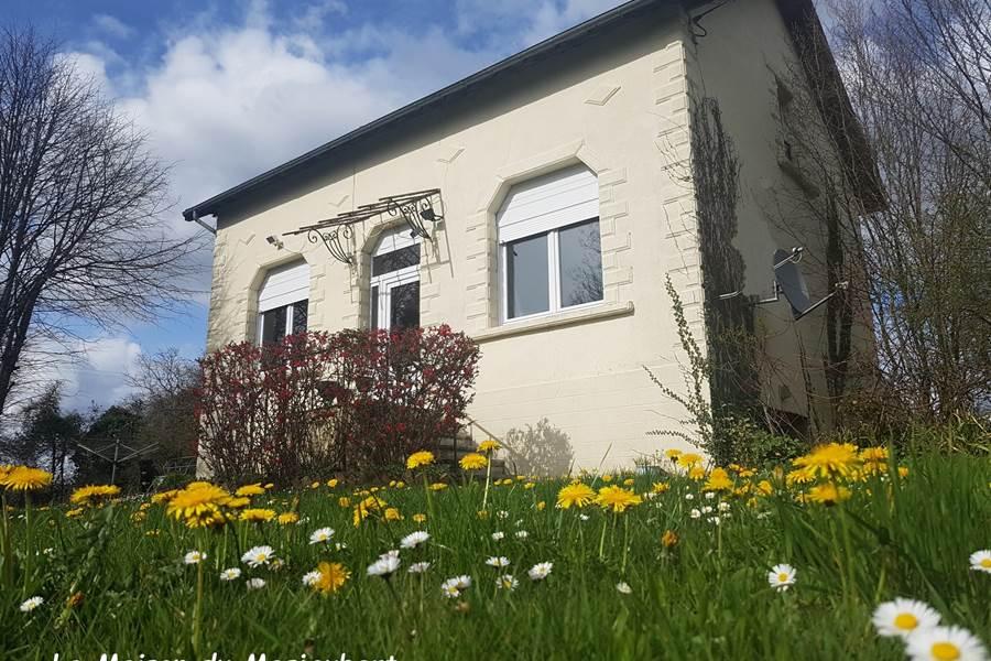 facade au printemps La Maison du Masjoubert chambre d'hôte référence Augne