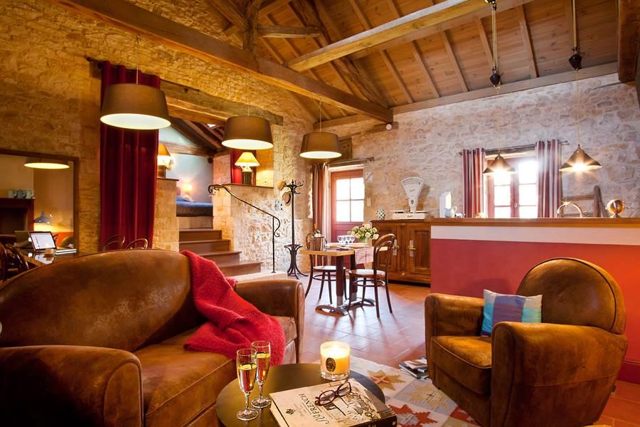 Chaleureux salon dans l'open space aux allures café-épicerie de campagne