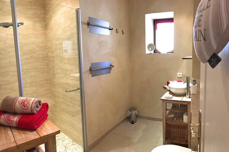 Salle d'eau de la chambre Coquelicots, grande douche à l'italienne