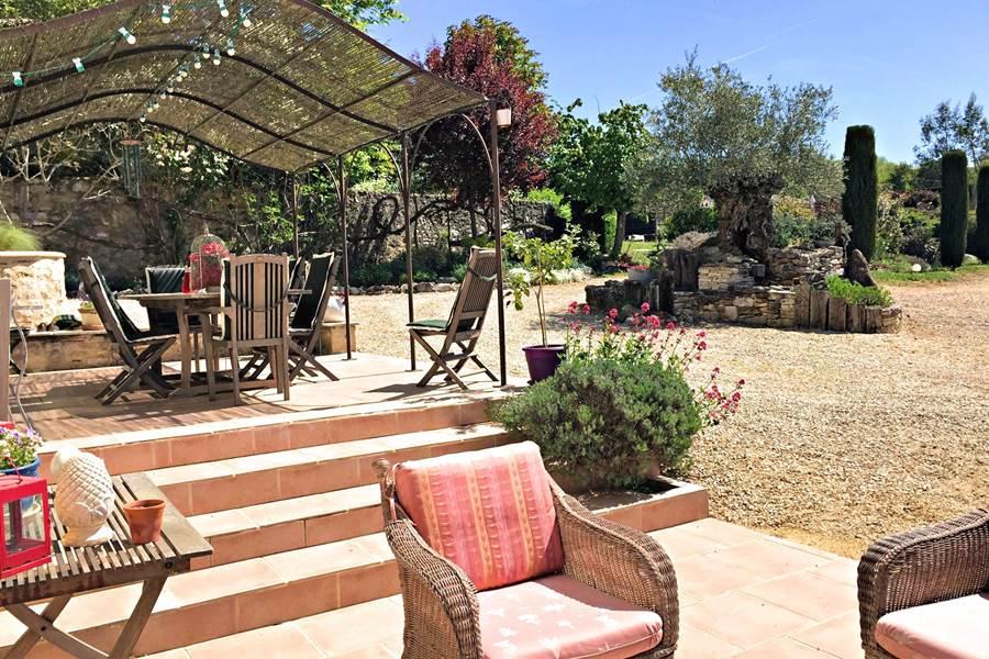 La vue sur le jardin depuis les terrasses de Côté Granges