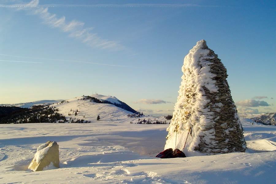 Le cairn de la montagne de Lure en hiver