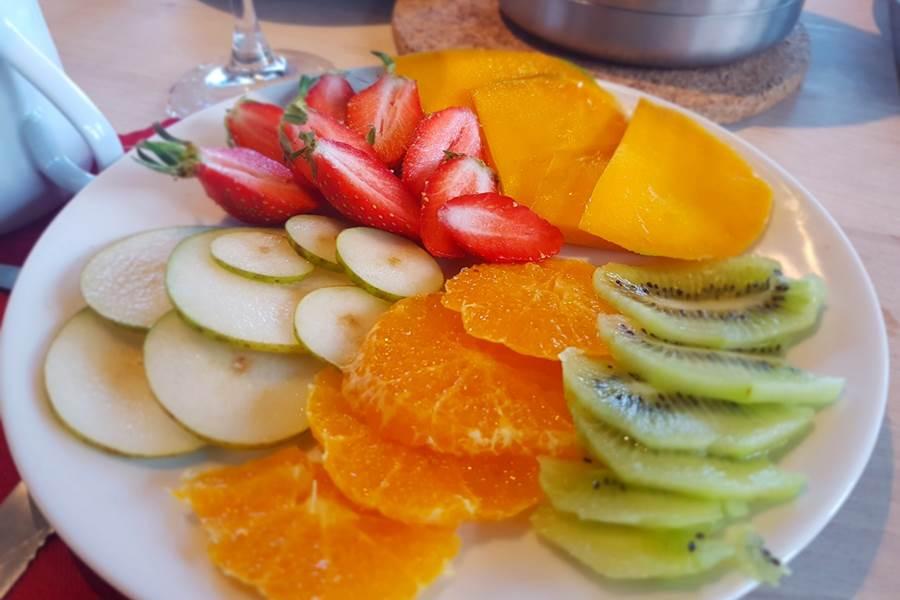 assiette de fruits frais Brunch Petit Déjeuner Gourmand Le Ranch des Lacs Hôtel 87120