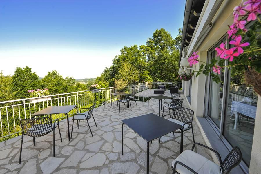 Villa Ric, terrasse vue sur saint-Céré et sur la vallée de la Dordogne