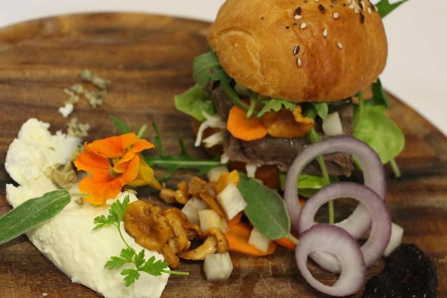 mini burger de viande de pot au feu, crème au raifort