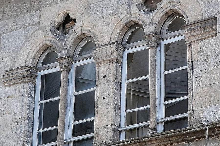 détails de façade dans St Léonard de Noblat 87 [1600x1200]