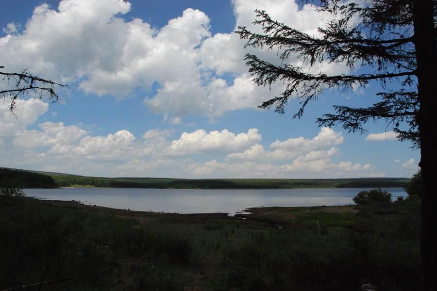 Une vue du lac de Charpal