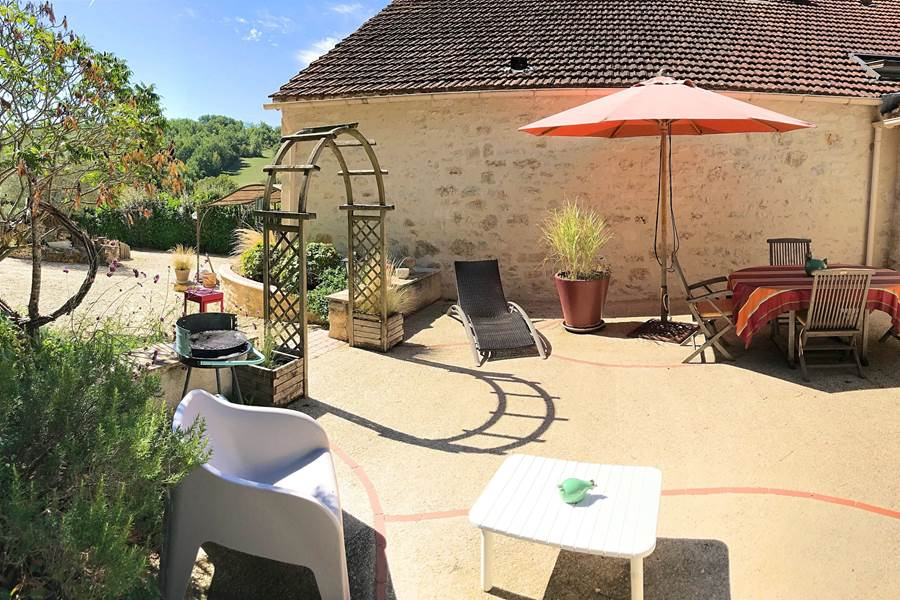 Belle grande terrasse avec vue sur le jardin paysagé
