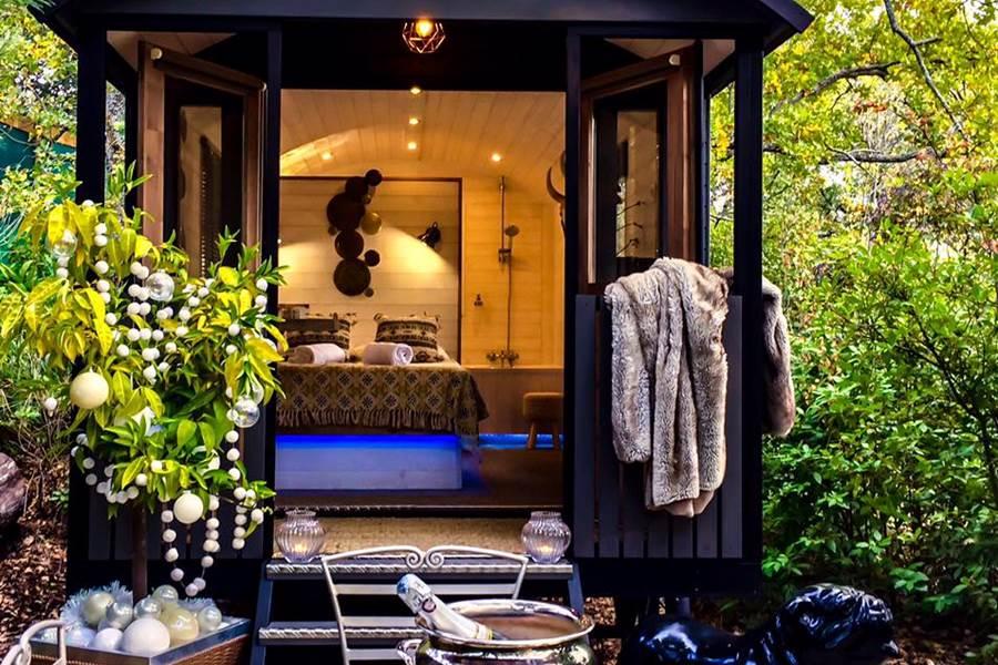 Roulotte avec baignoire et terrasse privative . Chauffée et climatisée