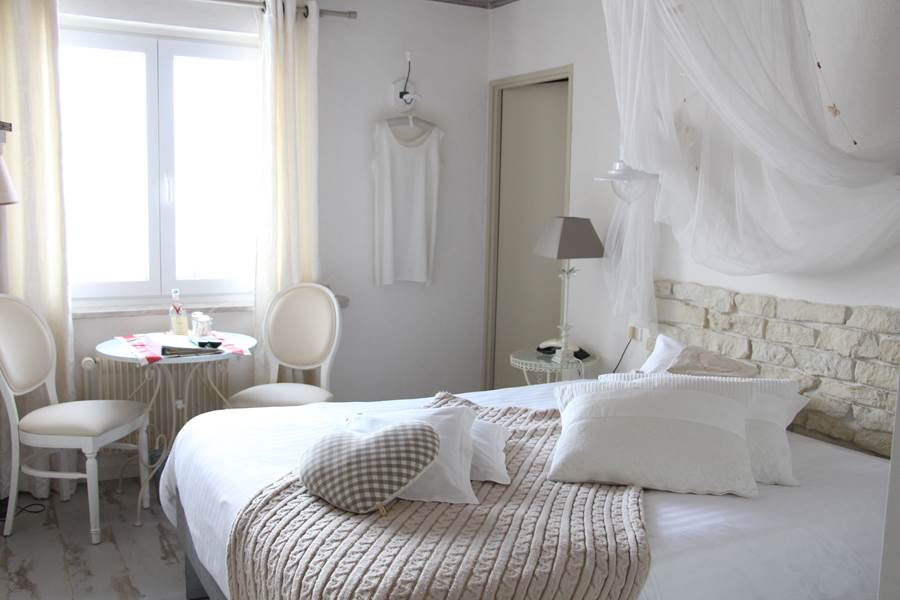 chambre coton, lit queen size bain wc déco romantique
