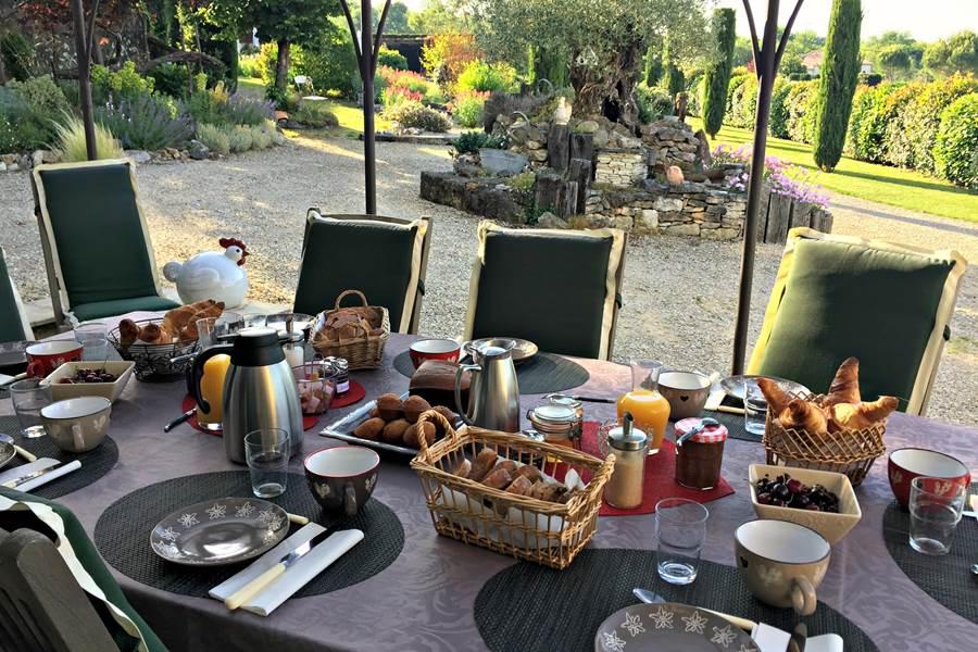 Petits déjeuners à Côté Granges sur la terrasse