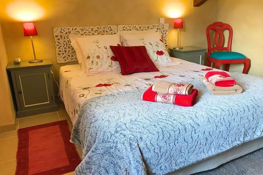 Chambre d'hôtes avec murs peints à la chaux