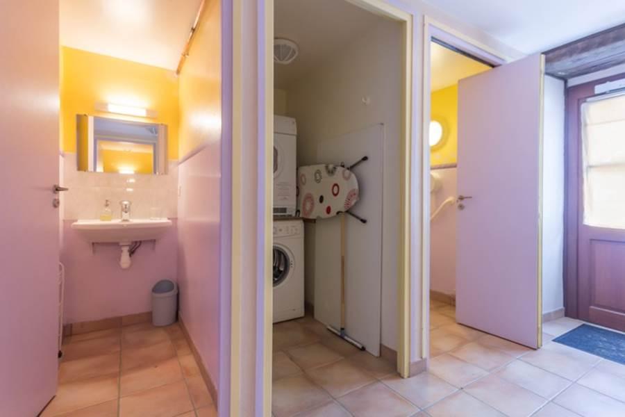 Sanitaire côté gauche (lavabo, lave-lingesèche-linge, toilettes pmr)