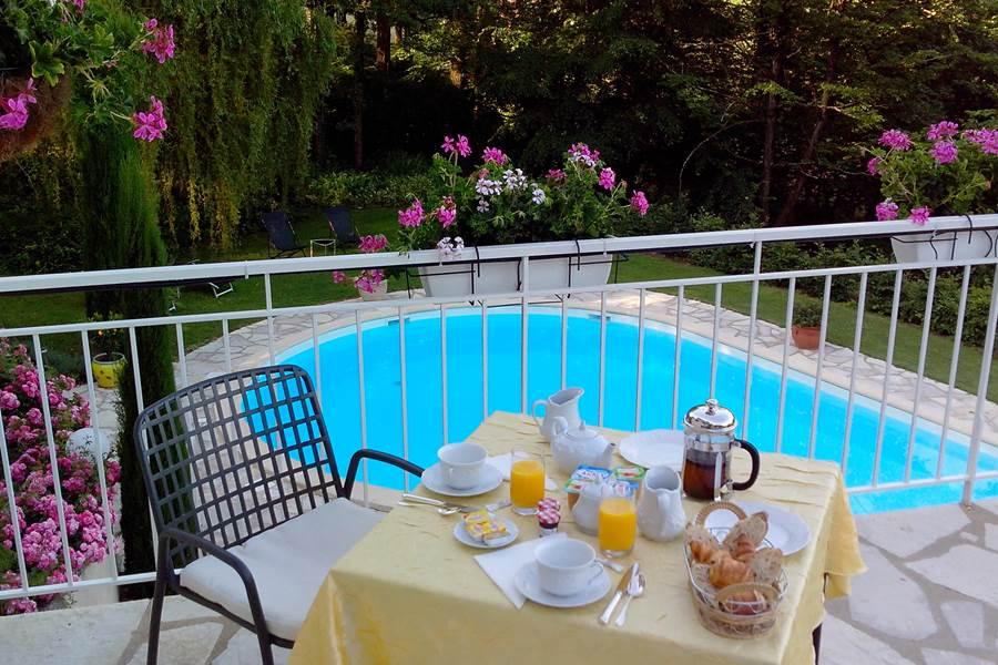 Villa Ric, petit- déjeuner, vue piscine, vue nature et Saint-Céré