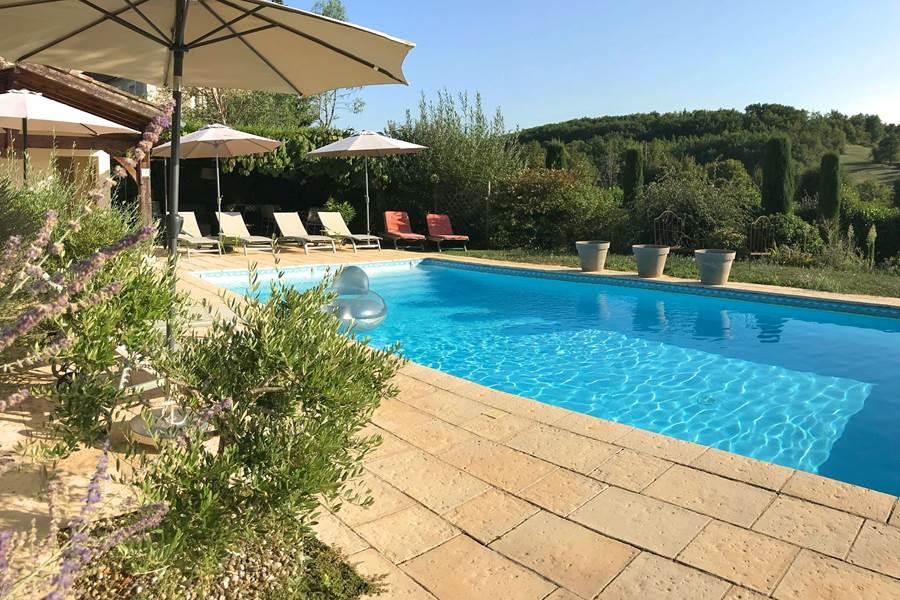 Espace piscine comprenant des espaces ombragés
