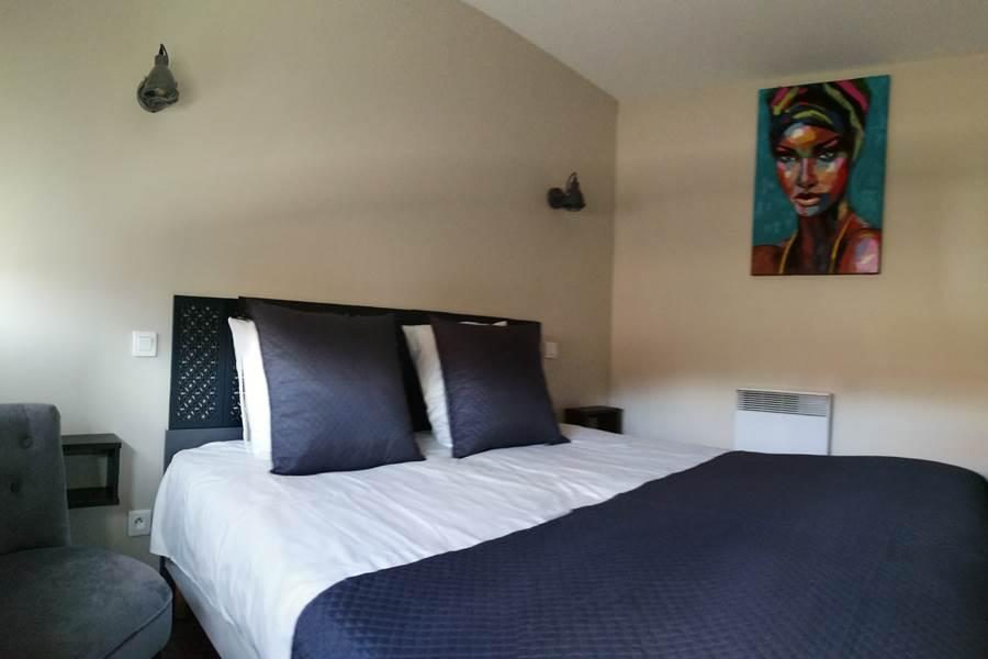 Chambre principale avec lit king size logement 7.