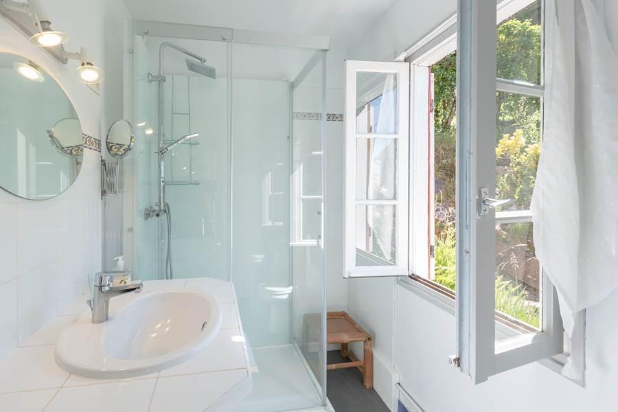 Salle de bain claire et fonctionnelle