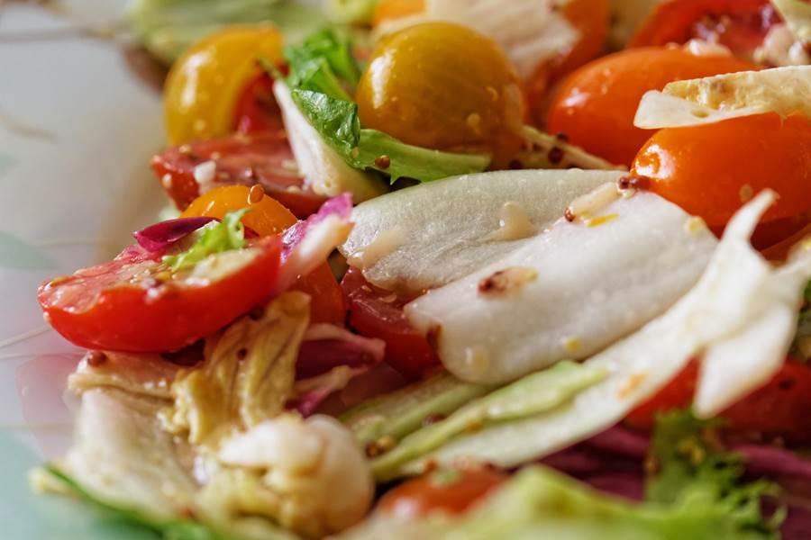 Notre célèbre salade servie sur le patio