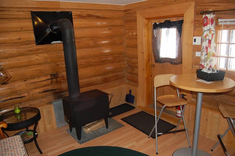 Foyer pour l'hiver dans le Chalet L'Ébéniste pour 2 personnes, au Domaine le Bostonnais, hébergement ville de la Tuque en Mauricie, Canada