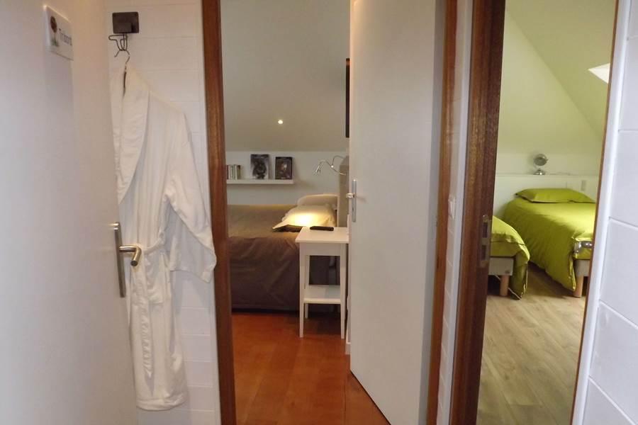 entrée de la suite, à droite la chambre triple et à gauche la chambre double