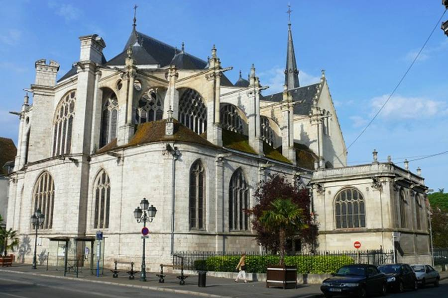 Eglise Sainte Madeleine (2 minutes à pied)