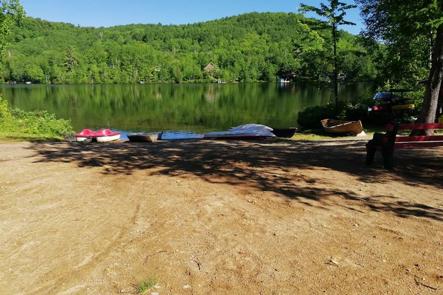 la petite plage du lac Thomas, kayak, canoe, nage et peche...