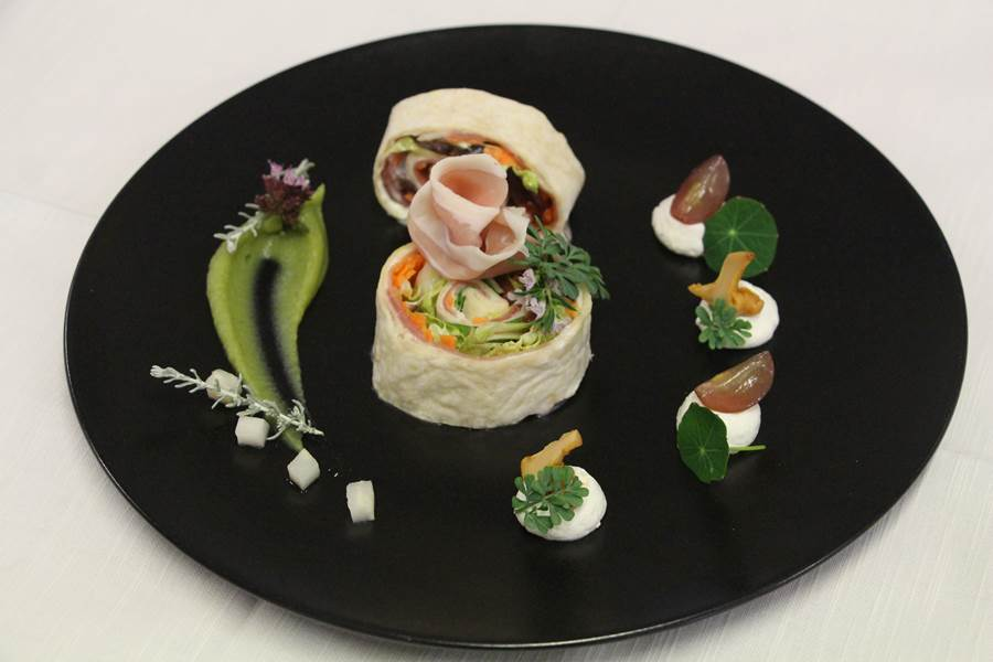 tortilla de jambon cru, au confit de cassis, pickles maison
