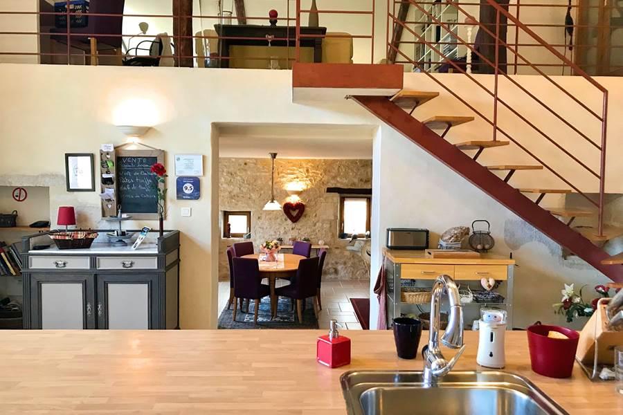 La cuisine du Domaine Côté Granges, vue sur la salle à manger et la mezzanine