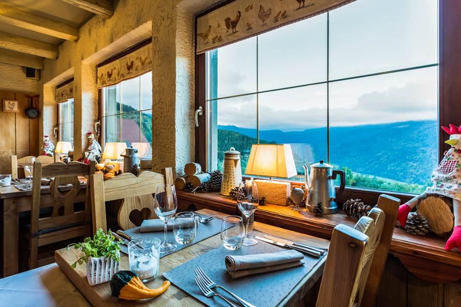 la salle a manger avec vue sur la vallée