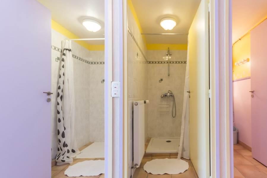 Sanitaire côté droit (douche pmr, douche, lavabo)