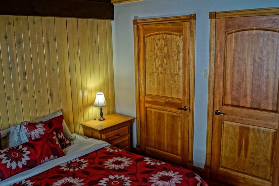 une chambre avec lit king