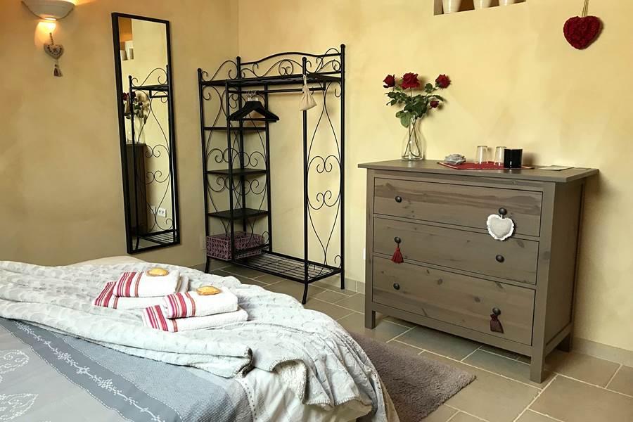 Chambre Roses de Cahors avec un grand lit de 160