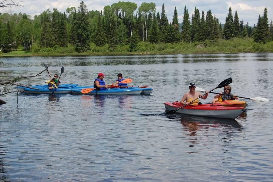Activité kayak en famille sur La Rivière Bostonnais, Domaine le Bostonnais, La Tuque en Mauricie