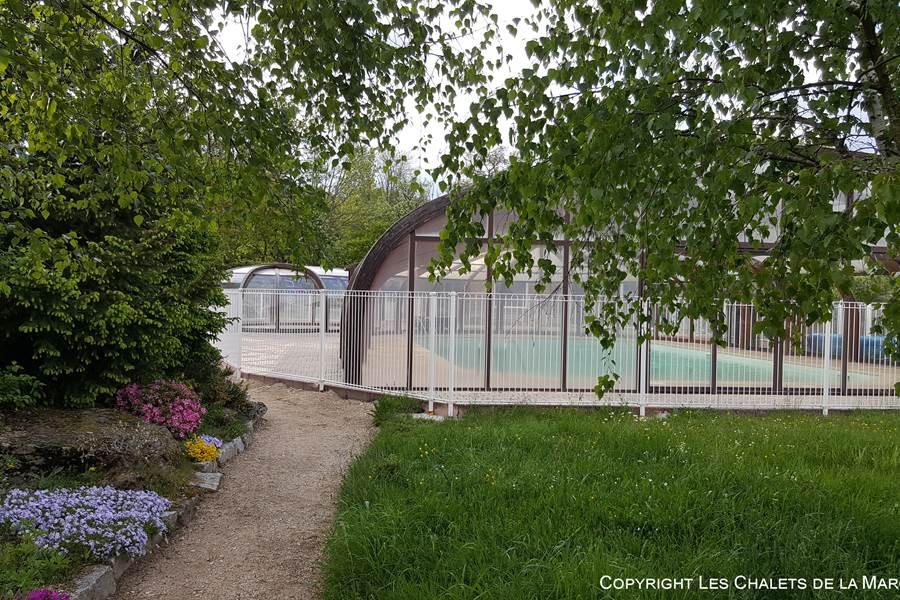 Les Chalets de la Margeride le vert de la Nature et le bleu de la piscine...et du ciel