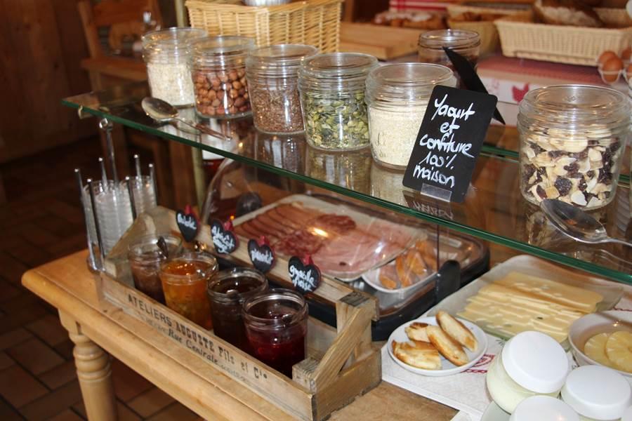 le buffet petit déjeuner avec confiture charcuterie yaourt fromage