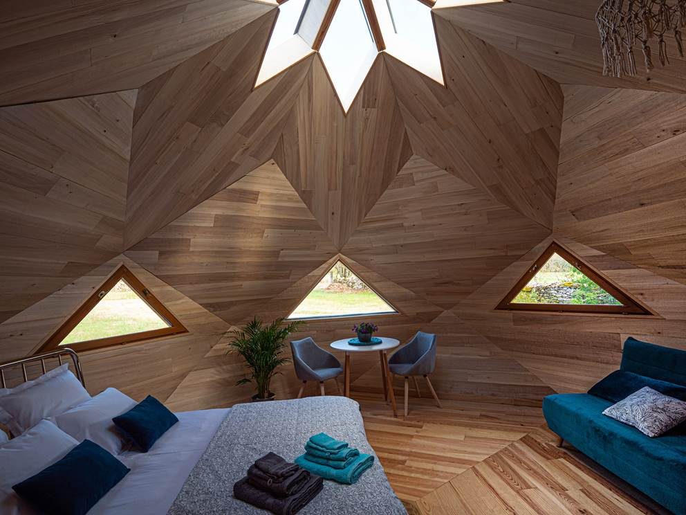 Vue de la chambre avec ses trois fenêtres en triangle