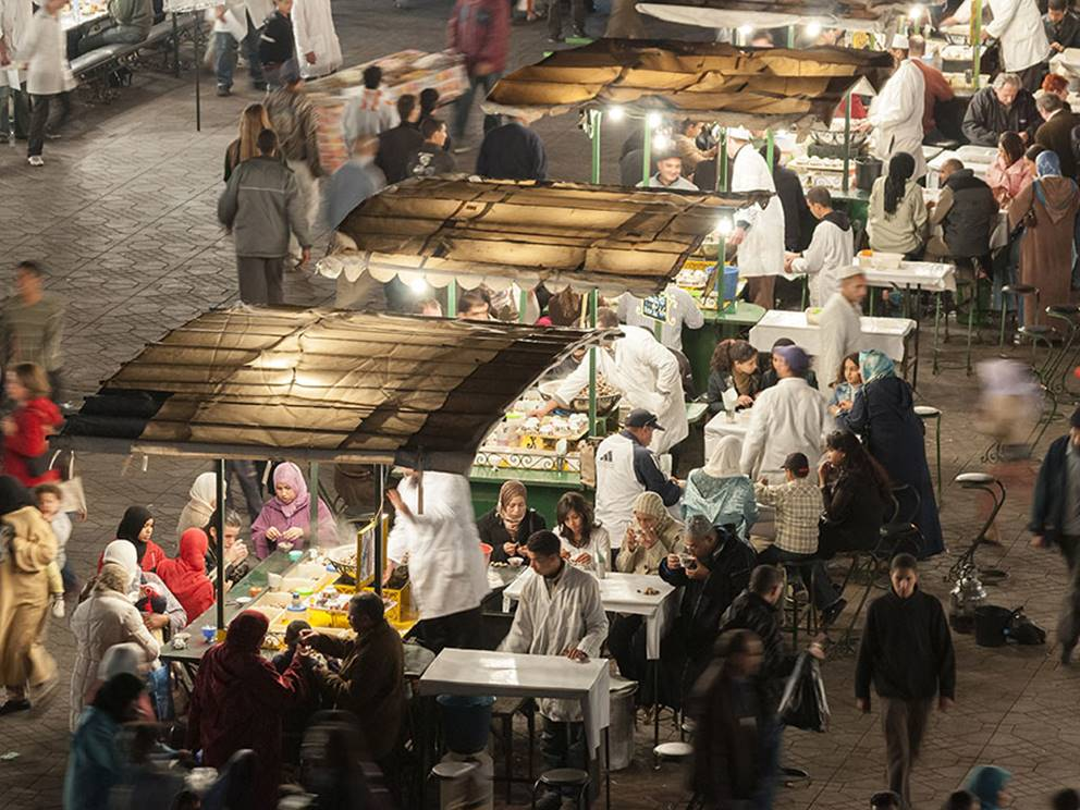 Place Jemaa el-Fna et ses stands restaurant, le soir
